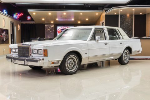 Beautiful 1989 Lincoln Town Car Signature for sale